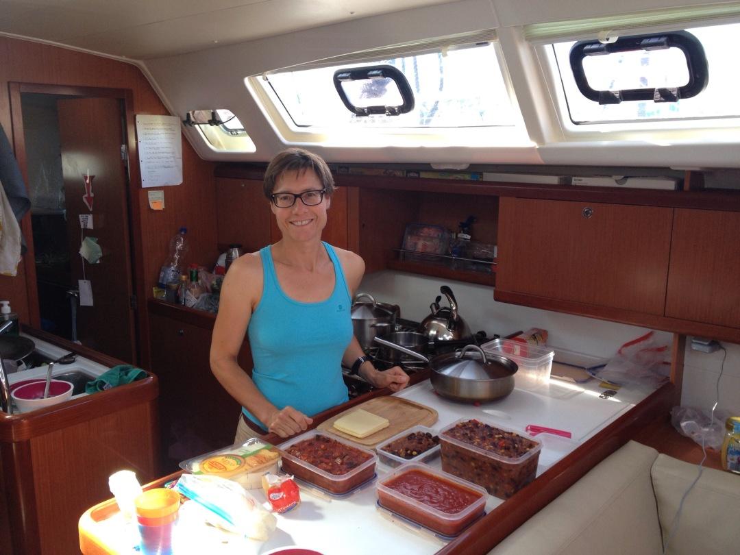 Die Köchin auf der hapa na sasa bereitet die Überfahrt vor.