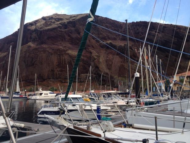 Marina Quinta de Lorde, geschützt unter diesem riesigen Felsvorsprung.