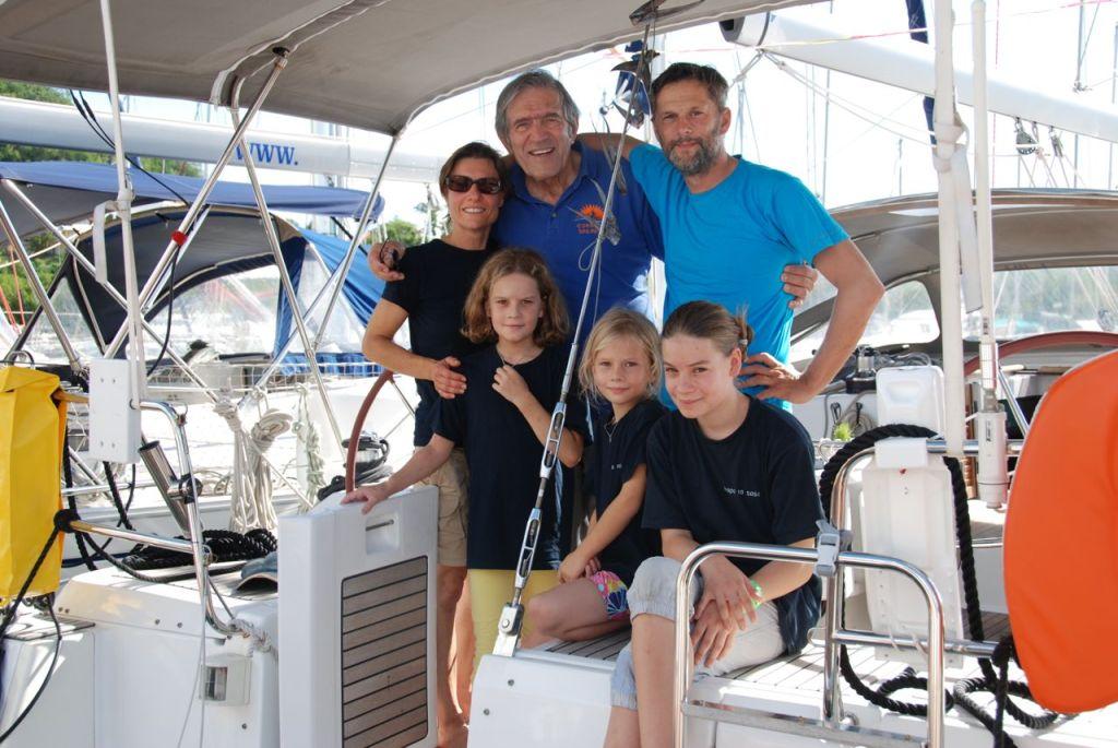 Jimmy Cornell mit der Crew der hapa na sasa bei der Ankunft in Martinique
