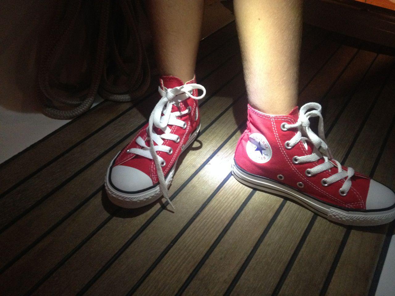 Auf der Auszeit mit Kindern gab es rote Chucks für Paula in St. Lucia