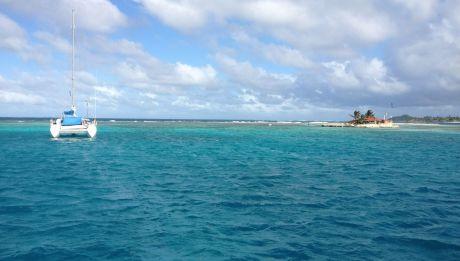 Die hapa na sasa liegt in Clifton auf Union Island hinter dem Riff