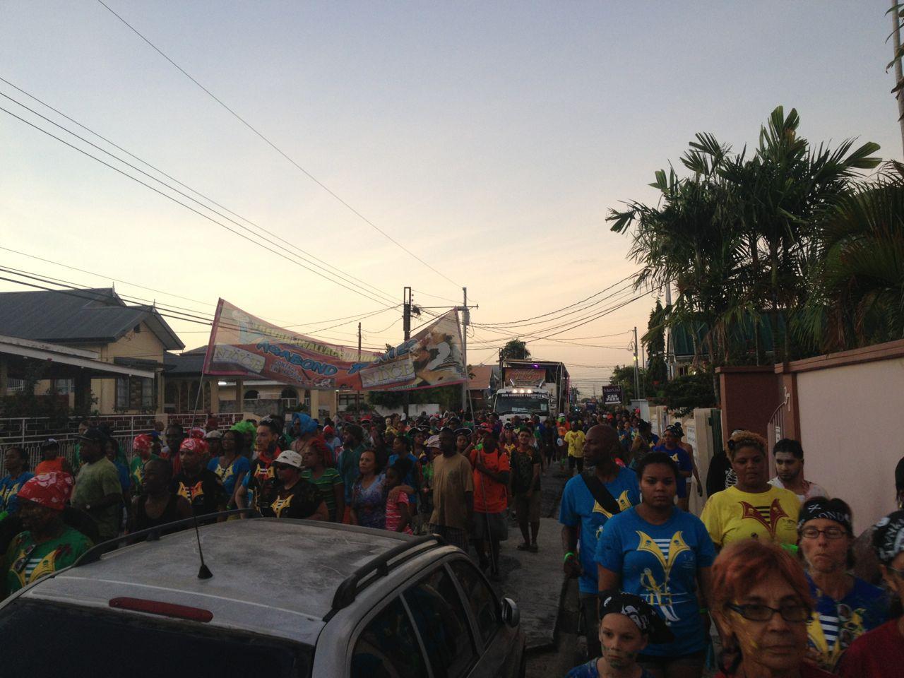 Sonnenaufgang beim Dirty Maas Karneval in Trinidad