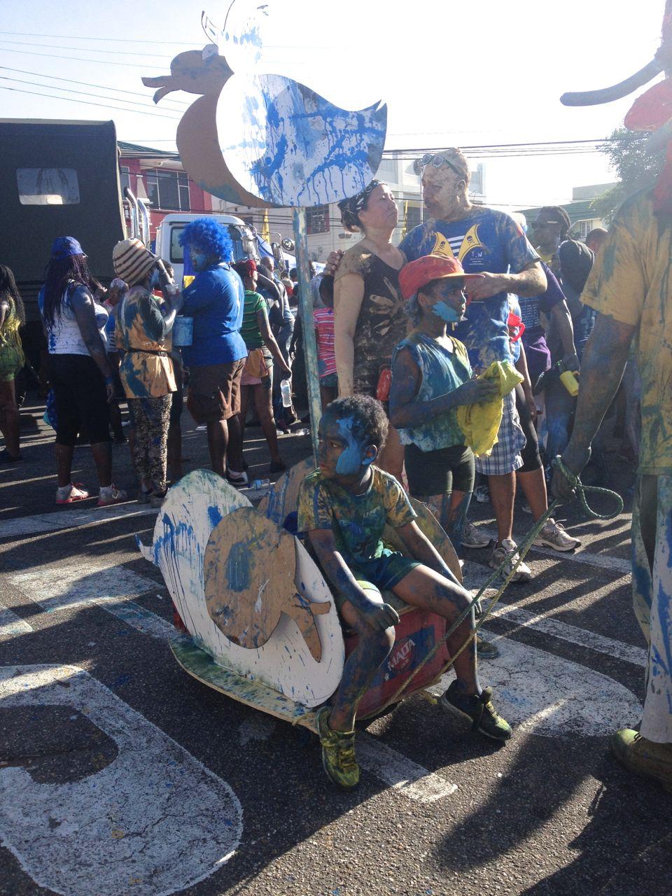 Kinderbuggy beim Dirty Maas beim Karneval in Trinidad