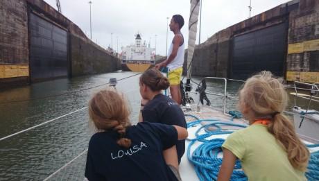 Unser Linhandler aufmerksam bei der Sache bei der Einfahrt in die Gatun Schleuse