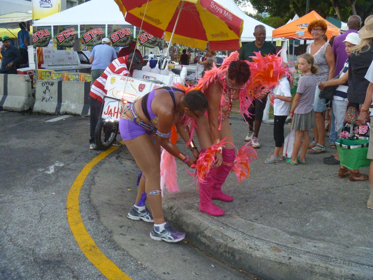 Anziehen des Kostüms vor dem offiziellen Beginn des Karnevals der Grande Parade in Trinidad