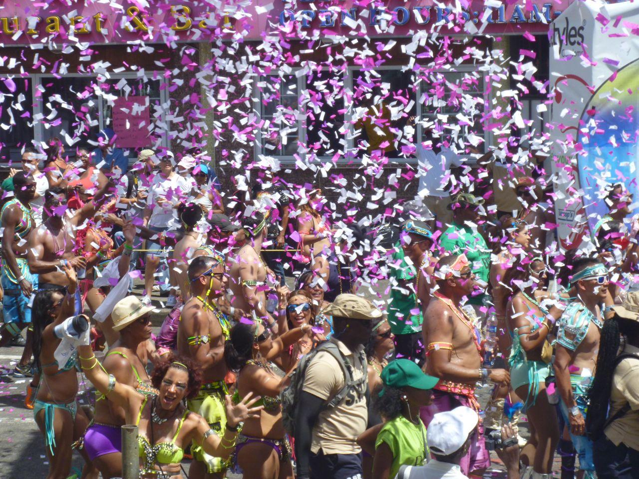 Gaaanz viel Konfetti flog bei der Grande Parade in Trinidad durch die Luft