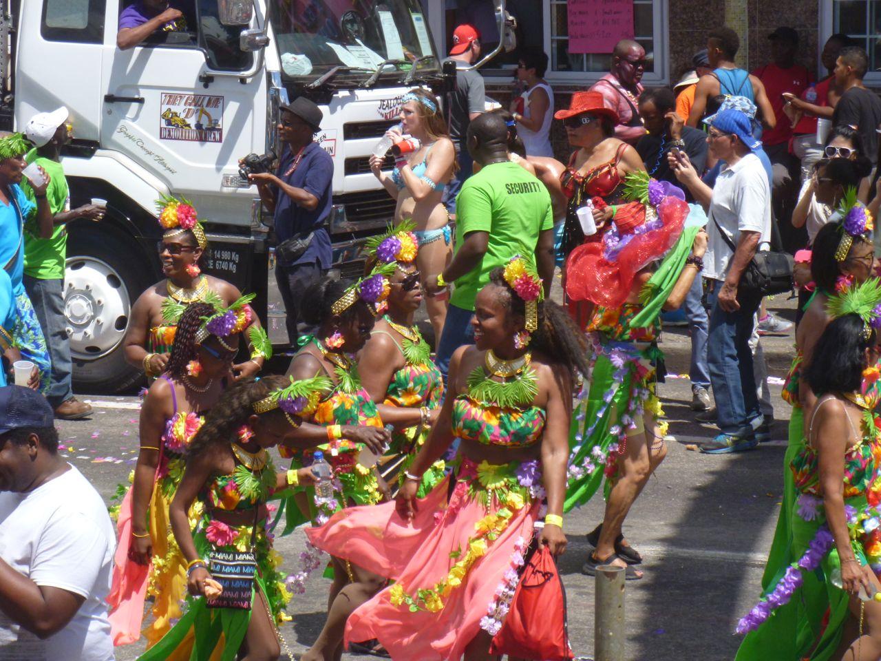 Bei dem Karneval in Trinidad wurden auch Kostüme zu einzelnen Ländern genäht.