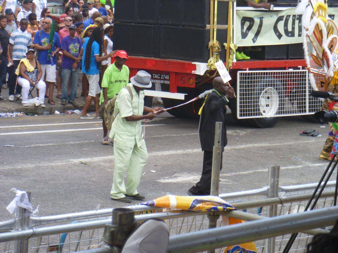 Ein Hund mit Maulkorb bei der Grande Parade in Trinidad