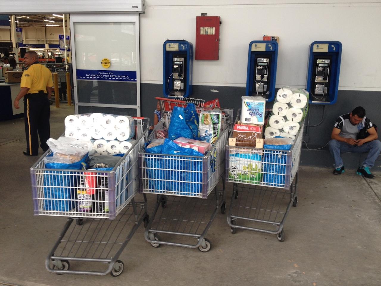 3 Einkaufswagen voll mit Lebensmitteln für die nächsten Wochen auf der hapa na sasa