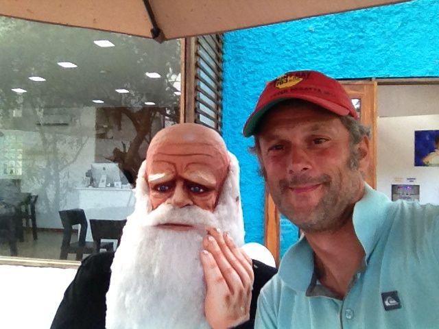 Constantin und Darwin im Eiscafé