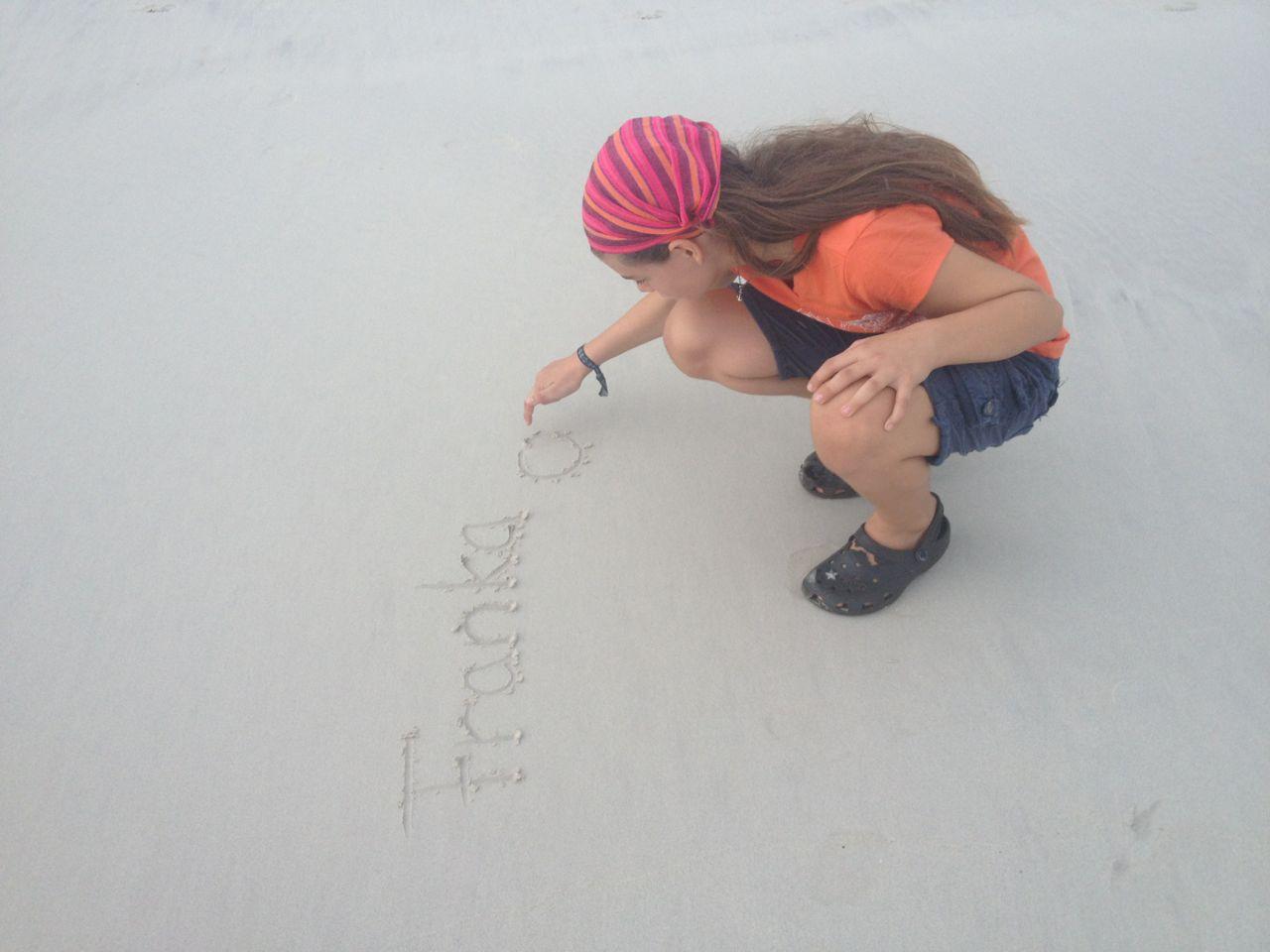 Franka beim Sandmalen in der Tortuga Bay