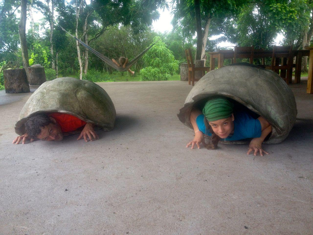 Schildkrötenwettrennen von Franka und Constantin beim Zwischenstop der hapa na sasa auf Galapagos