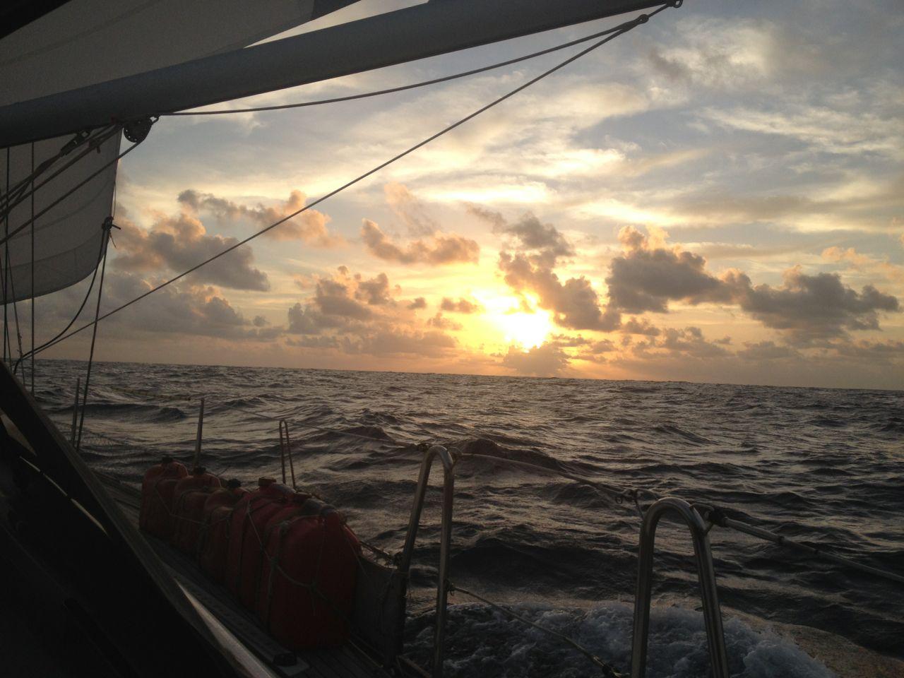 Viele wunderbare Sonnenuntergänge auf der Pazifiküberquerung mit der hapa an sasa