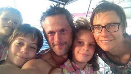 Familienfoto auf unserer Auszeit mit Kindern im Cockpit der hapa na sasa