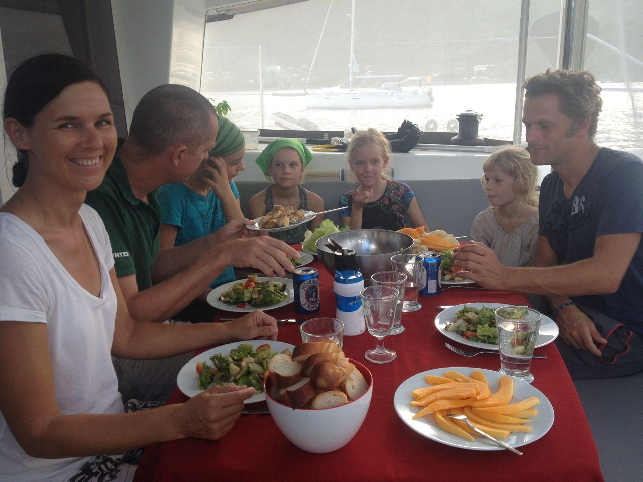Lecker Salat essen mit der Crew der Alytes