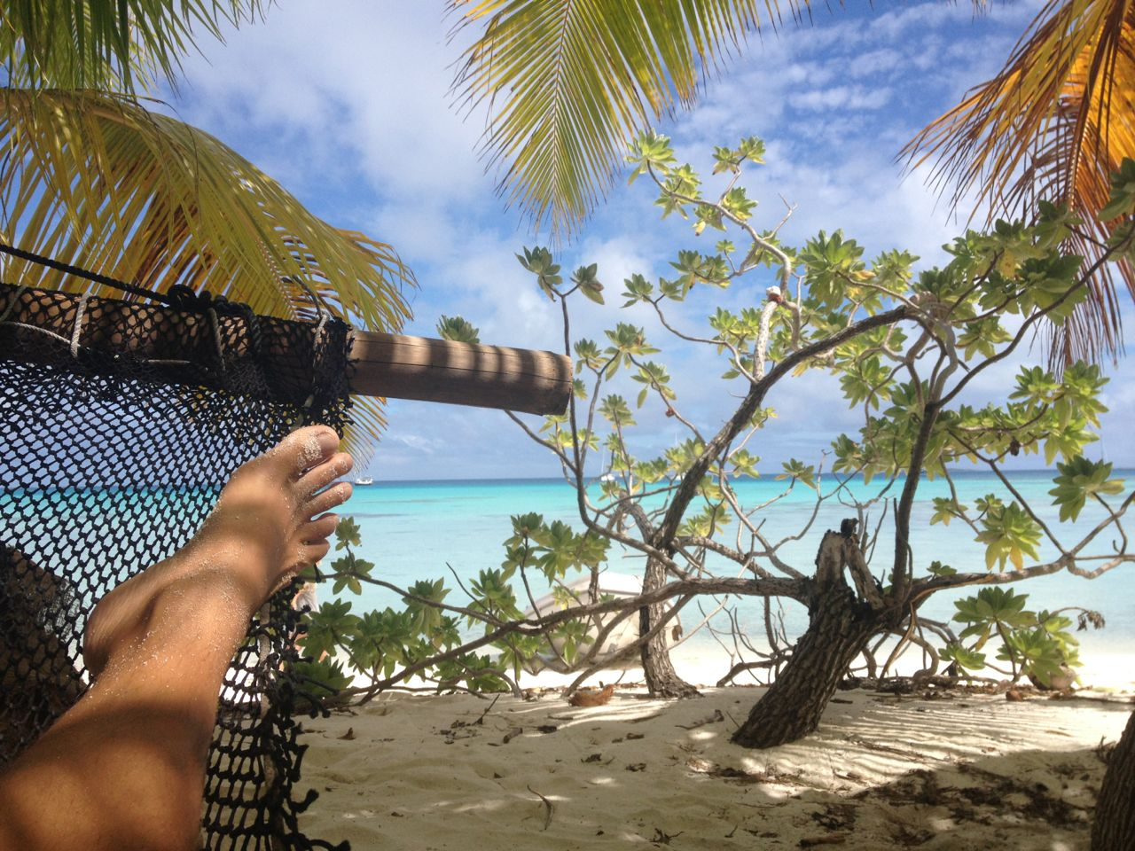 Gechillt in der Hängematte in Mopelia Französisch Polynesien