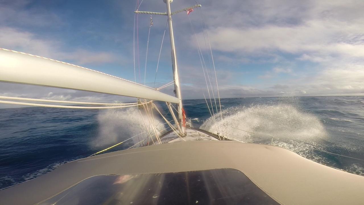 Die hapa na sasa kämpft sich durch einige heftige Wellen im Pass von Maupiti