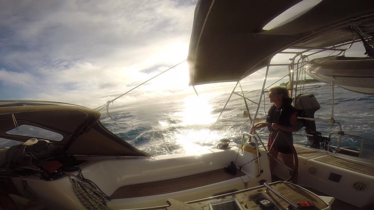 Urte steuert uns und die hapa na sasa sicher durch den Pass von Maupiti