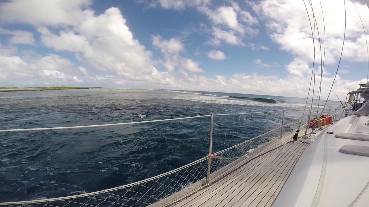 Die Einfahrt ist gefunden, die Welle am Riff von Mopelia ist minimal.