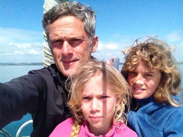 Die Crew der hapa na sasa bei der Einfahrt in die Bay of Islands in Neuseeland.