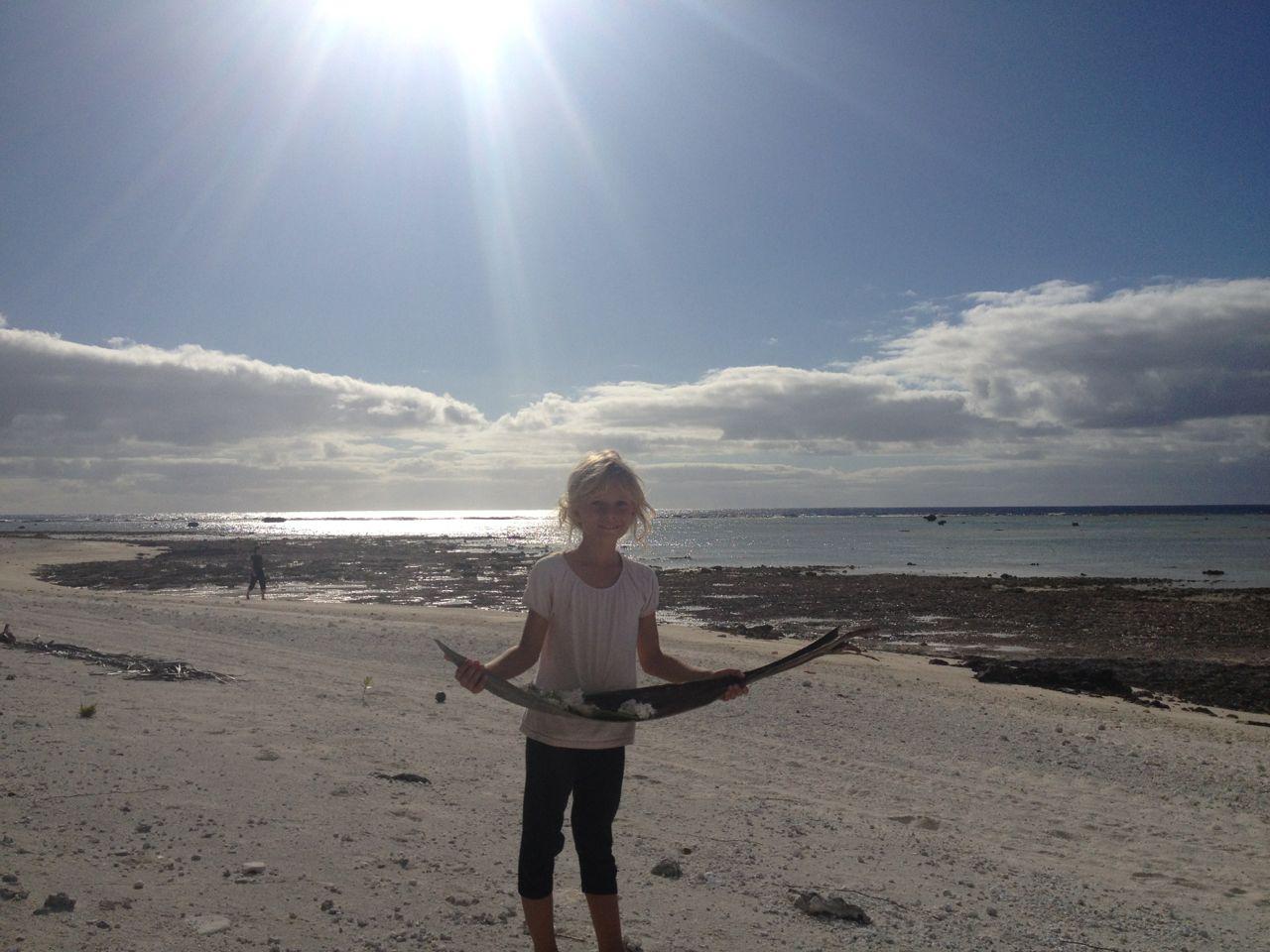 Paula mit einem Schatz voller Strandköstlichkeiten.