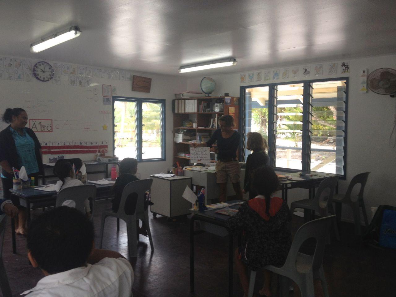 Urte zeigt in der Schule von Palmerston wo wir her kommen.