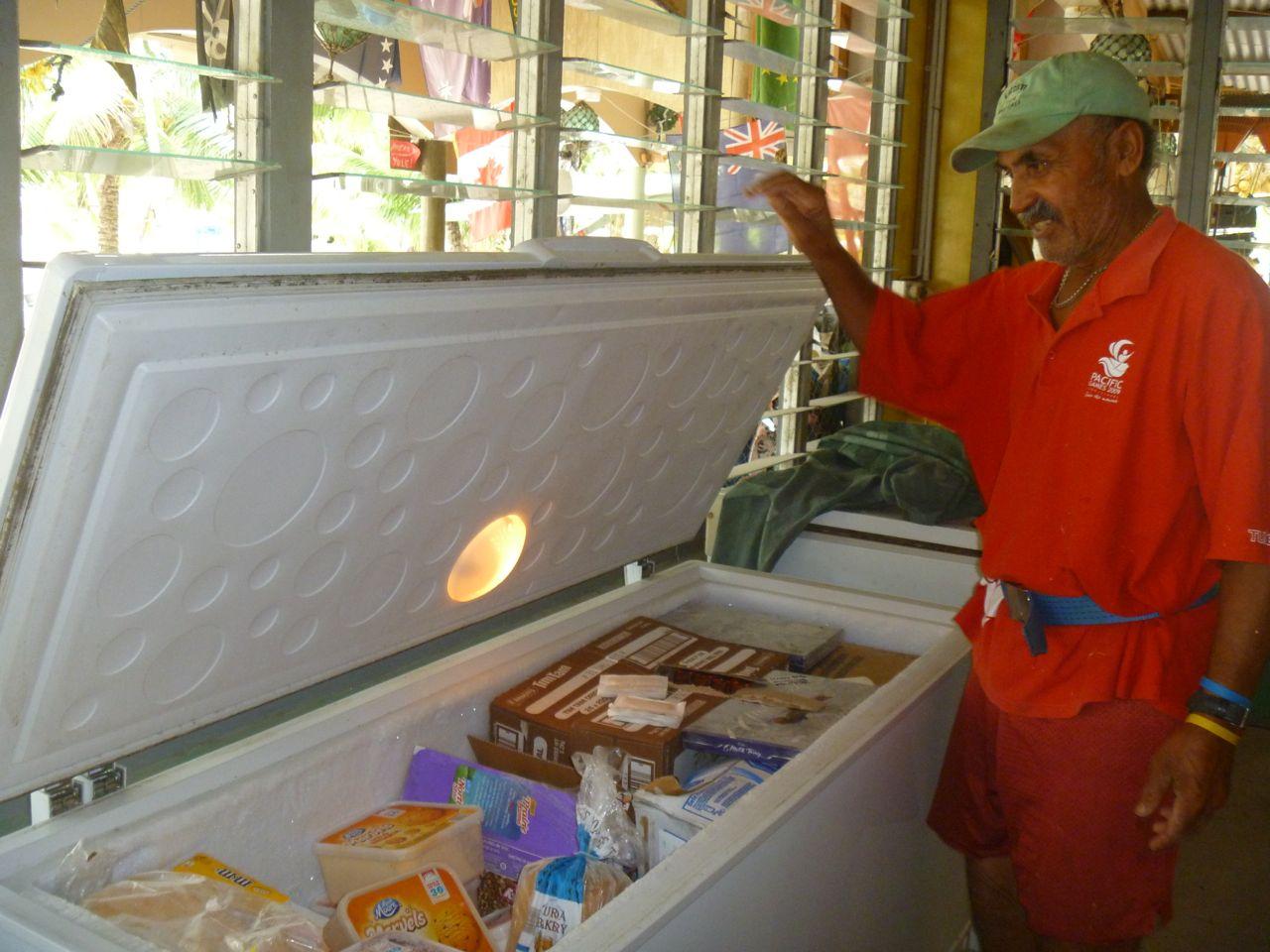 Bill zeigt uns seinen Eiskremevorrat auf Palmerston im Südpazifik