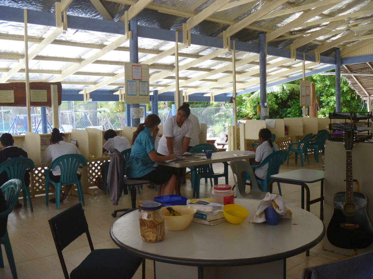Kinder in der Schule von Palmerston Island in der Mitte vom Südpazifik