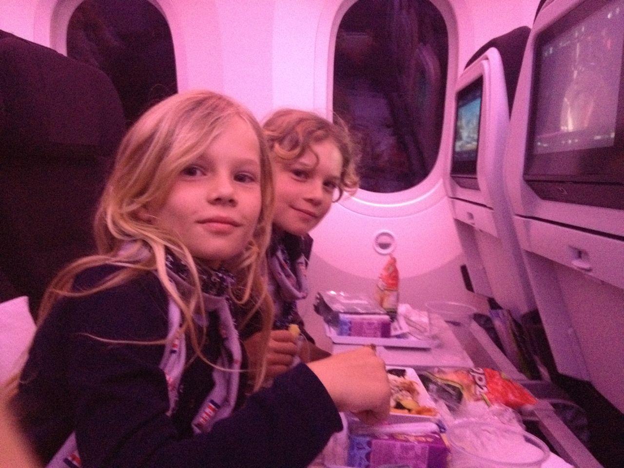 Auf unserem Flug nach Deutschland 36 Stunden, essen, trinken, Videos schauen und schlafen.