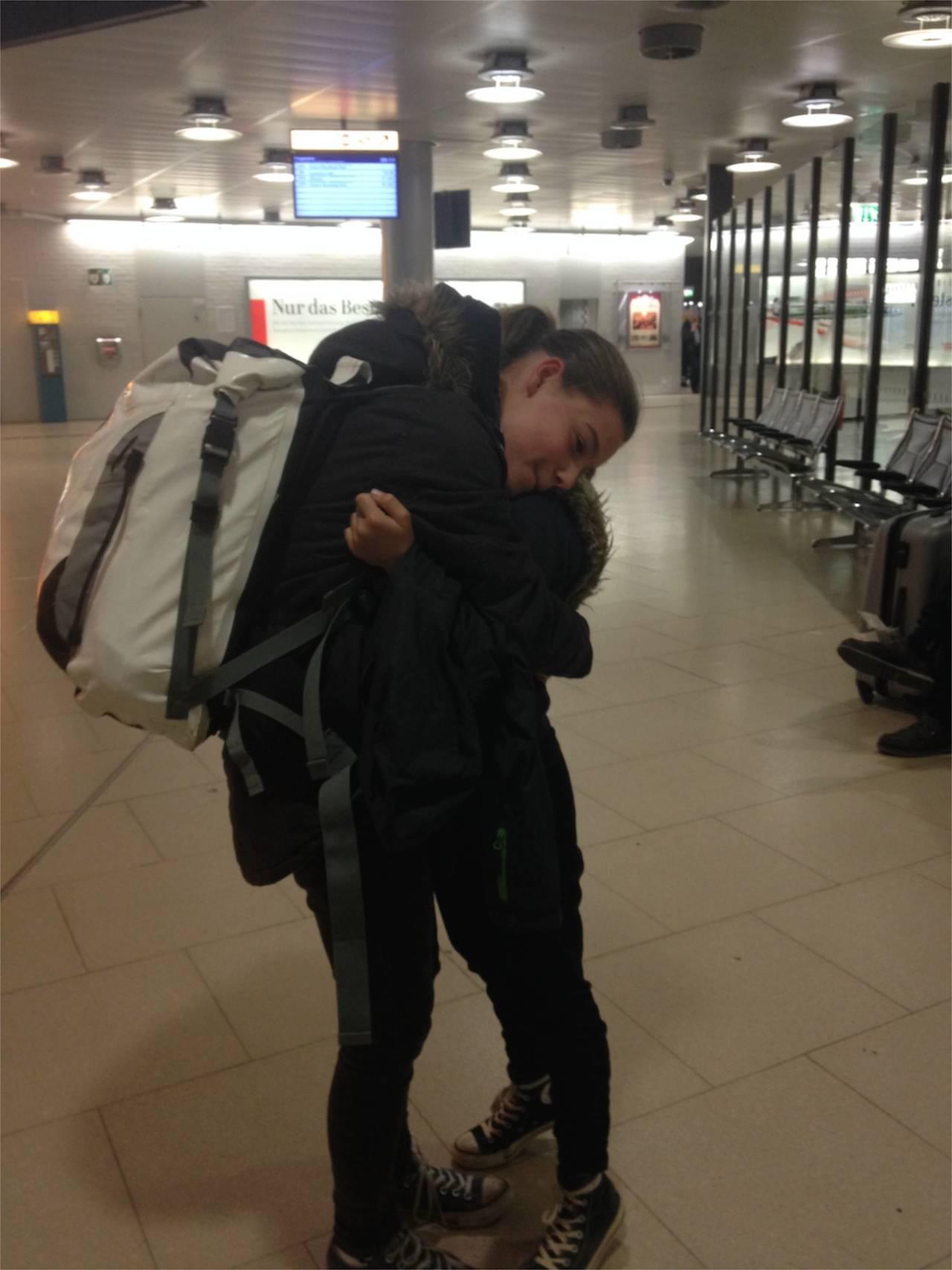 Nach über 4 Monaten liegen sich Franka und Louisa in Hannover in den Armen