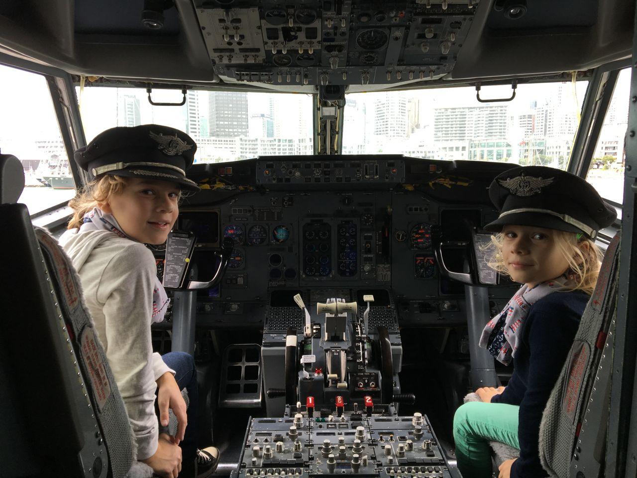 Louisa und Paula im Cockpit
