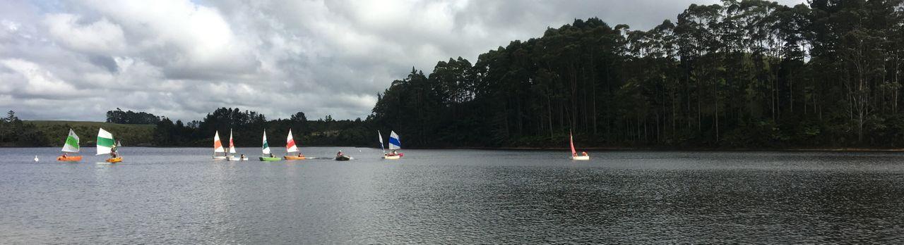 Buntes Optitreiben auf einem See in der Nähe von Paihia Neuseeland