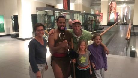 Gruppenbild der Crew der hapa na sasa mit einem wild aussehenden Maori