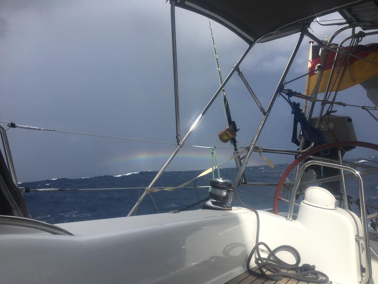Der obere Teil eines Regenbogens auf der Überfahrt nach Fiji