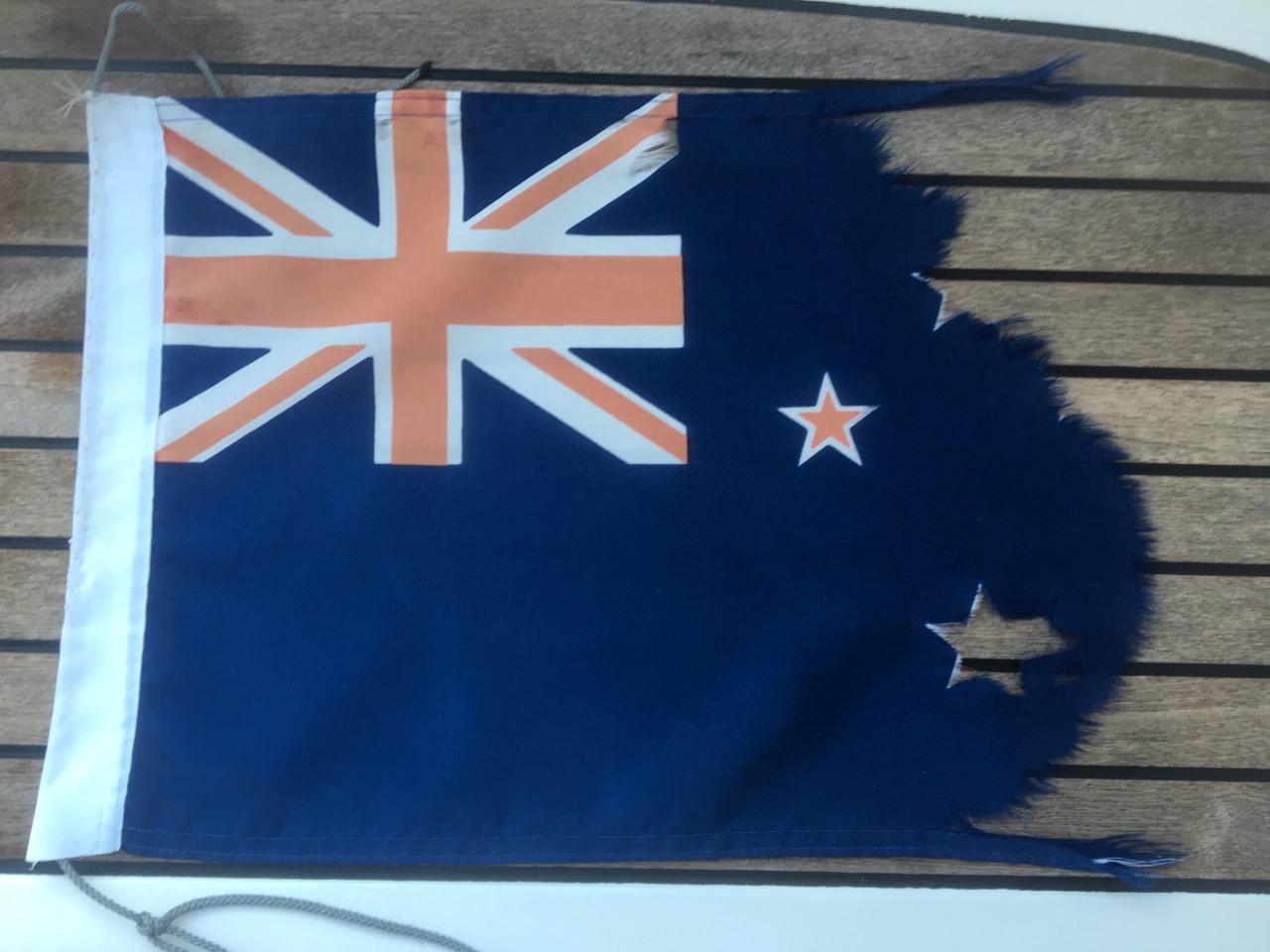 Die Reste der neuseeländischen Gastlandflagge der hapa na sasa