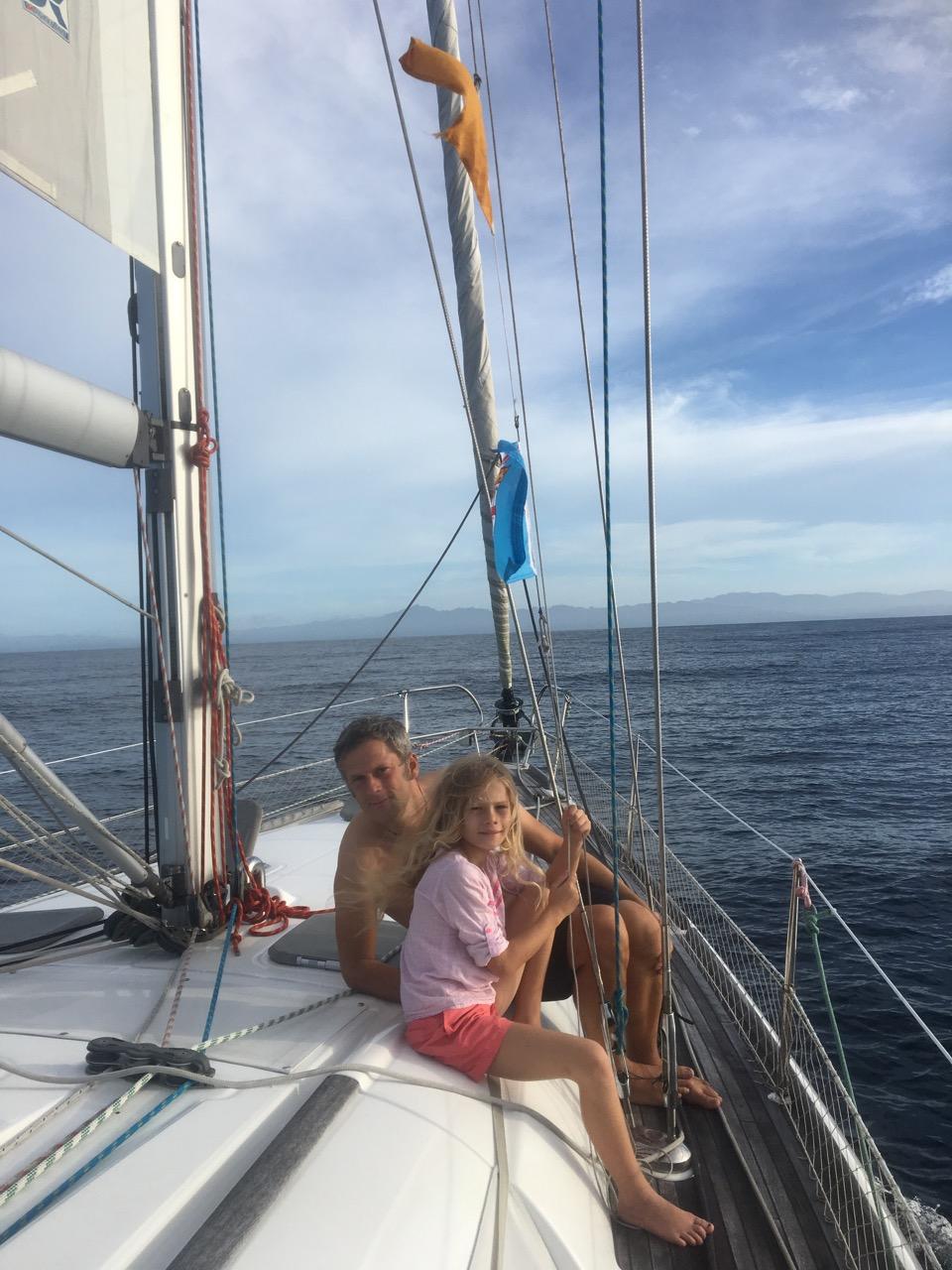 Paula und Constantin hissen die Gastlandflagge von Fiji auf der hapa na sasa