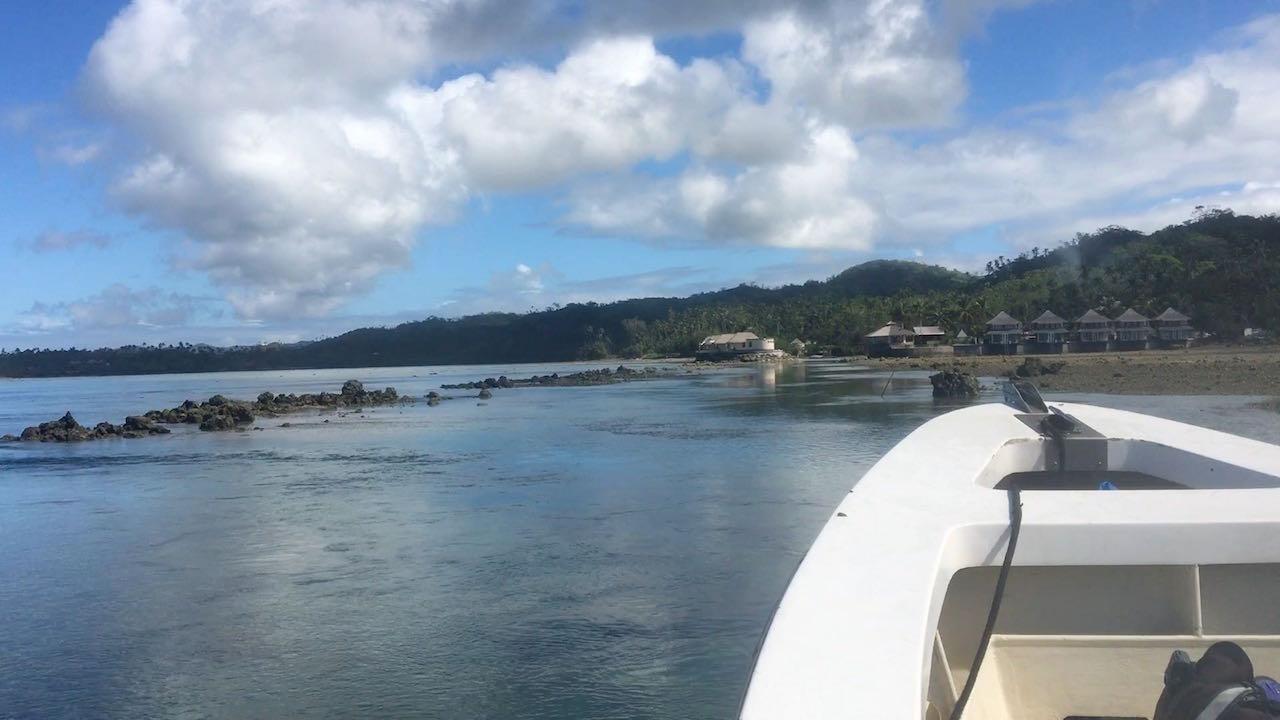 Unglaublich, wie unser Fahrer uns bei Niedrigwasser durch den engen, flachen Kanal zurück ins Resort fährt