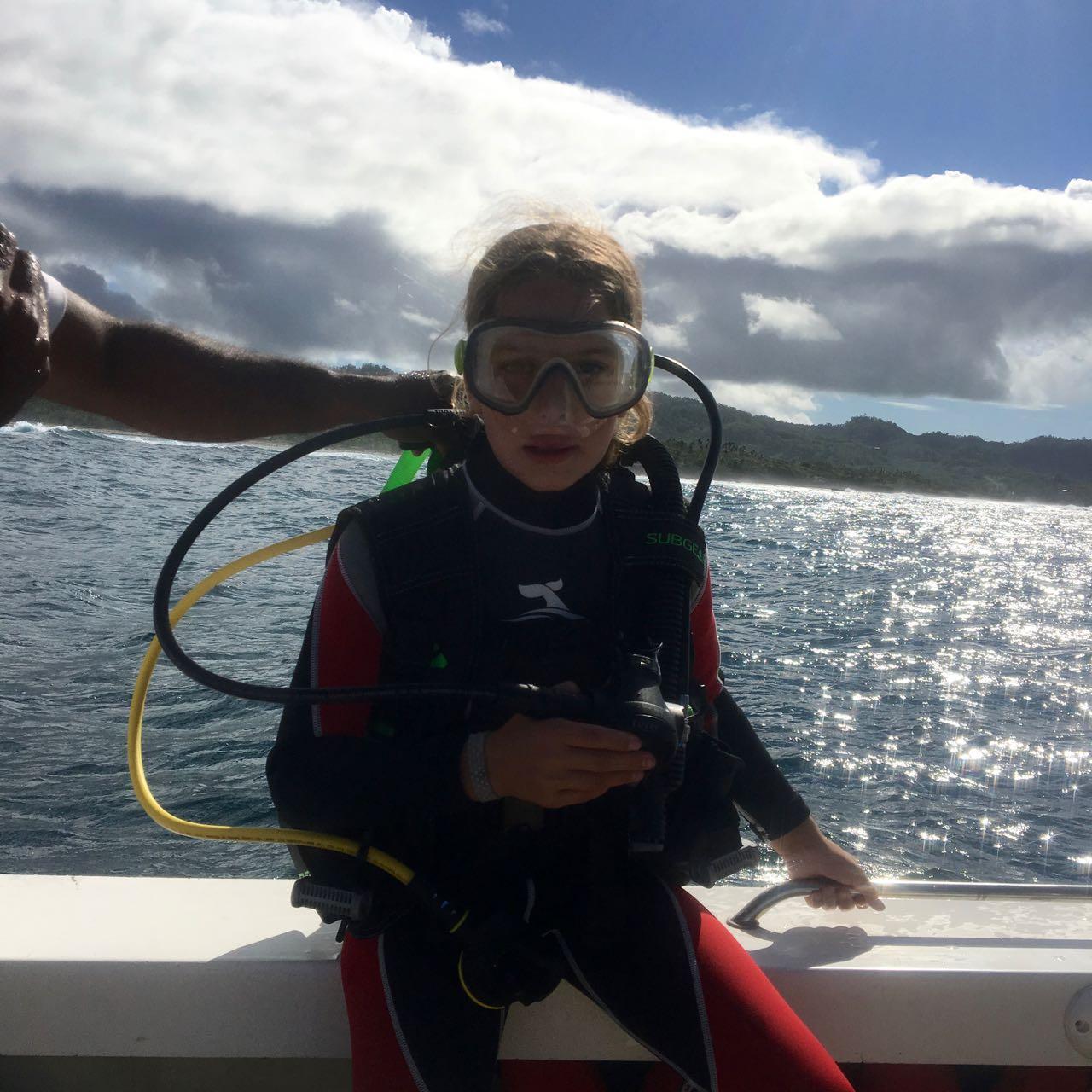 Louisa kurz vor der Rolle rückwärts in Wasser