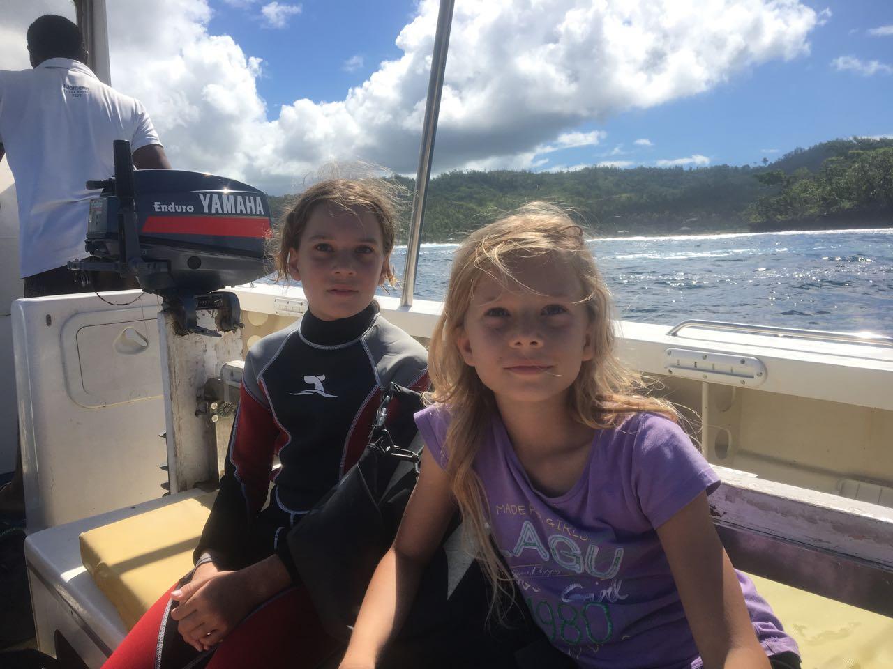 Paula und Louisa auf dem Weg zum nächsten Tauchgang