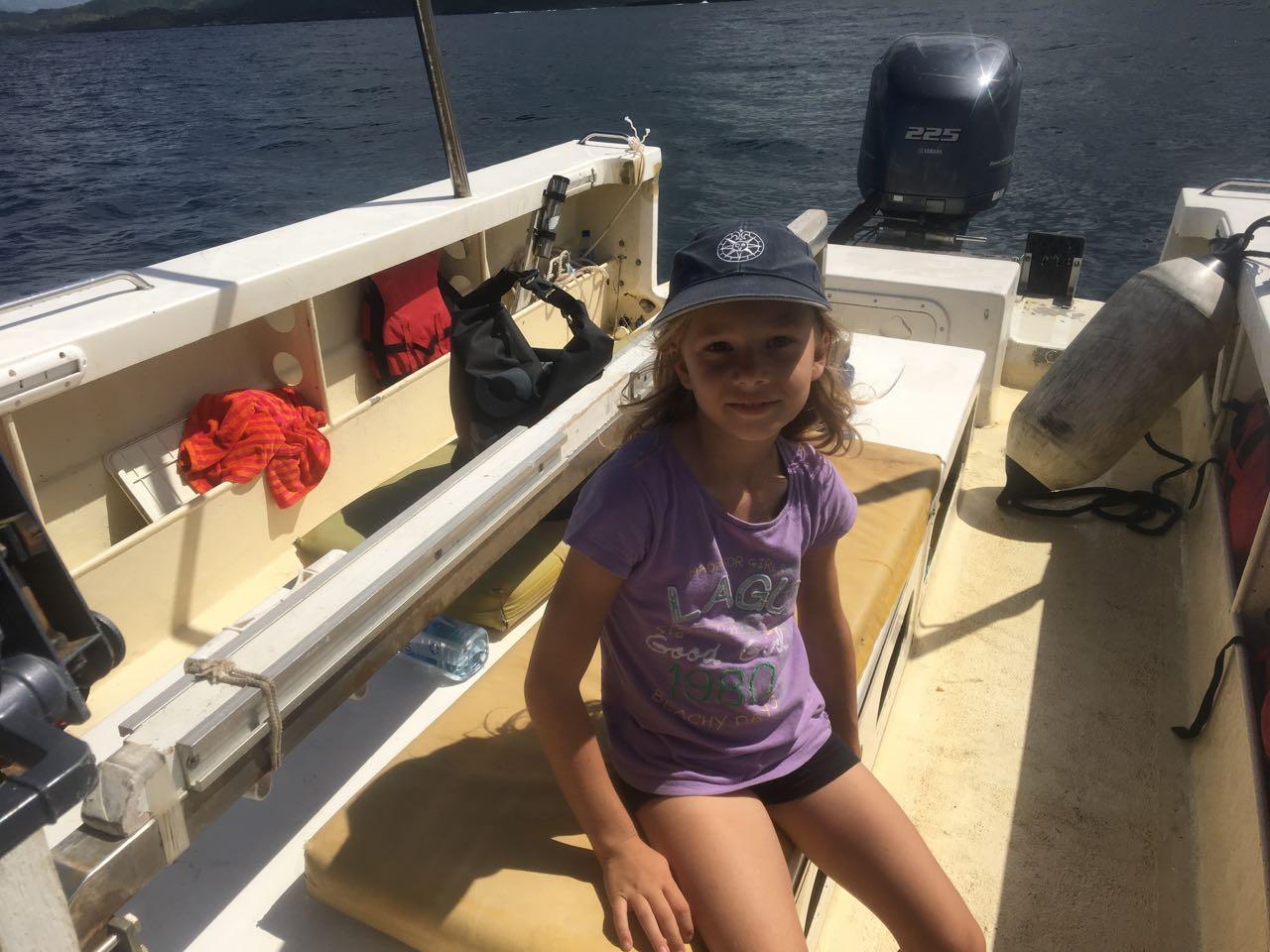 Paula begleitet uns auf dem Tauchboot