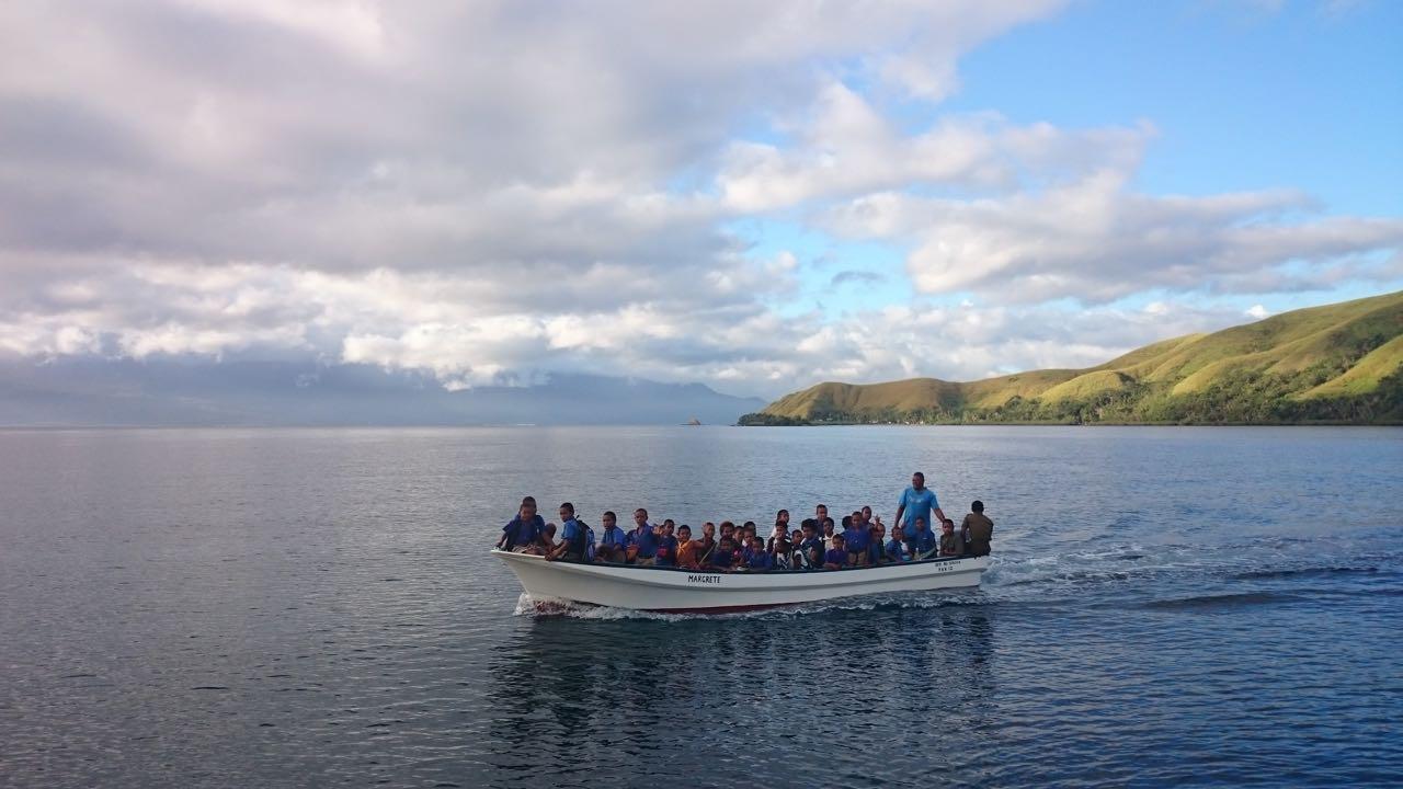Diese Kinder werden morgens mit dem Longboat in die Schule gebracht.