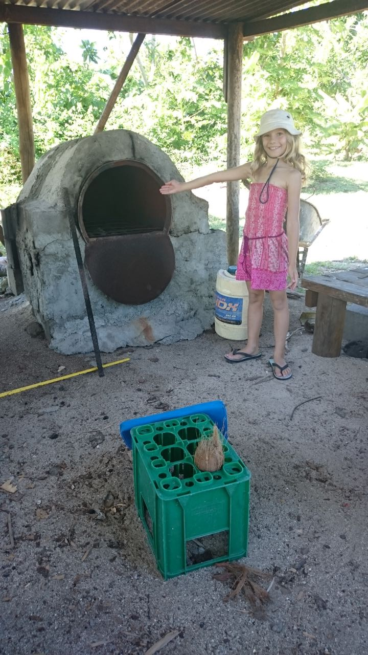 Paula vor Harrys Ofen auf Wailagilalal