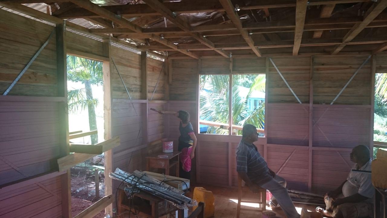 Urte beim Grundieren im neuen Haus der Lehrerin auf Komo