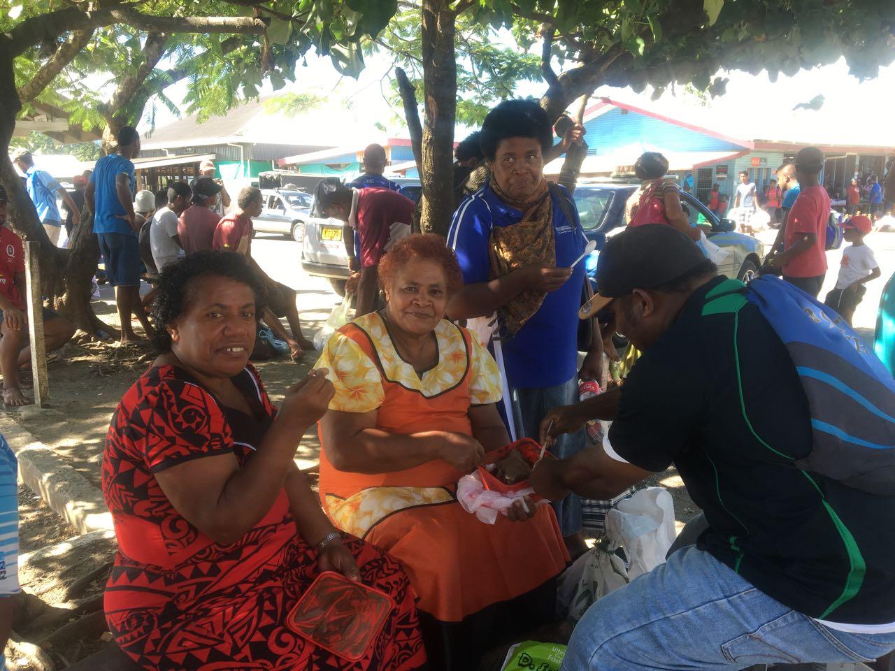 Eis essen am Strassenrand in Savusavu Fiji