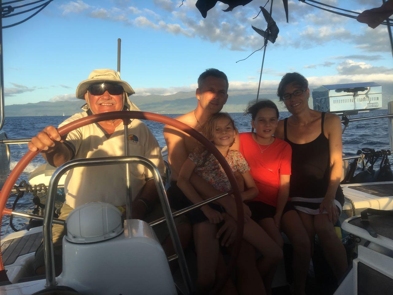 Jack Fisher am Steuer der hapa na sasa nach einem spannenden Tag mit Tauchen und Schnorcheln am Rainbow Reef