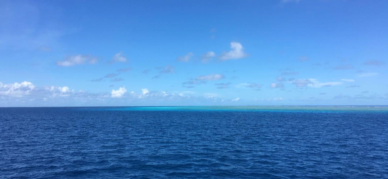 Die hapa na sasa fährt durch den Pass in Wailagilala, an Steuerbord sieht man schön das Riff.