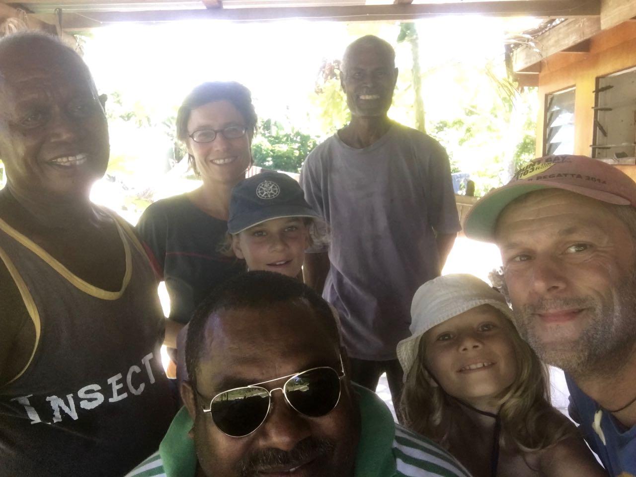 Die hapa na sasa Crew mit den Jungs auf Wailagilalal