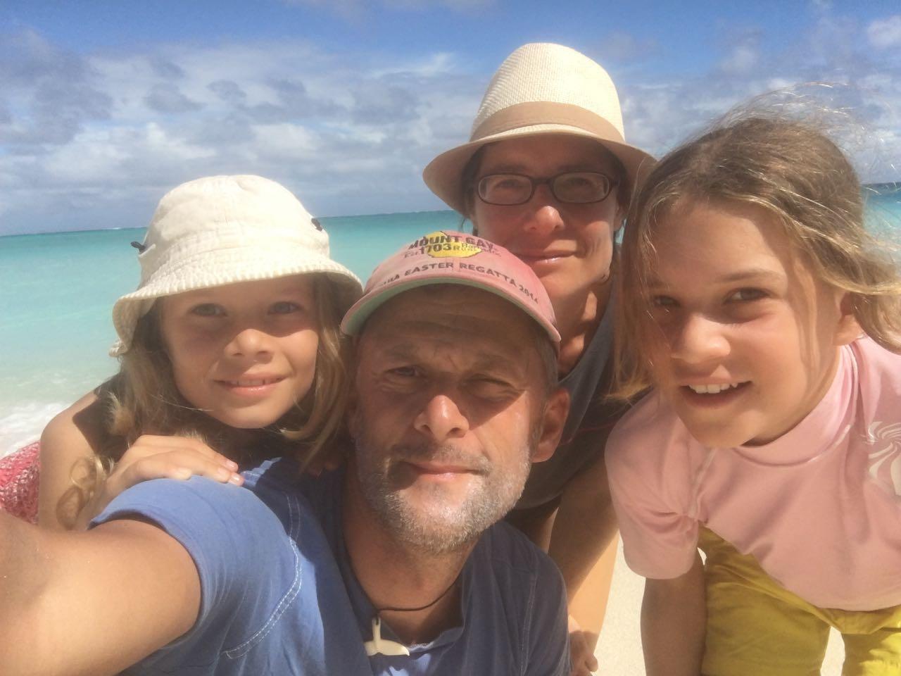 Die Crew der hapa na sasa am Strand von Wailagilala