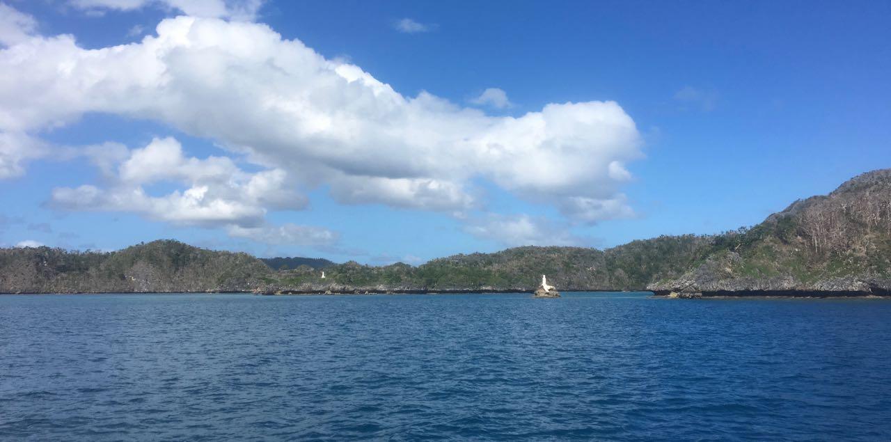 Weiss angemalte Felsen zur Peilung bei der Ansteuerung durch das Riff von Vanuabalavu