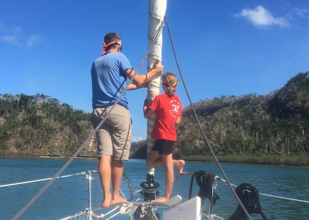 Langsam tastet sich die hapa na sasa in die Little Bay auf Vanuabalavu Fiji vor.